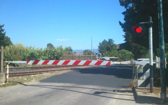 Fs: auto contro barriere passaggio livello, nessun ferito