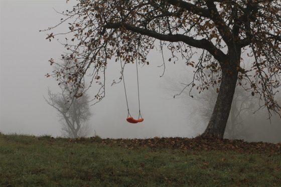 Giovane muore cadendo da altalena in un dirupo