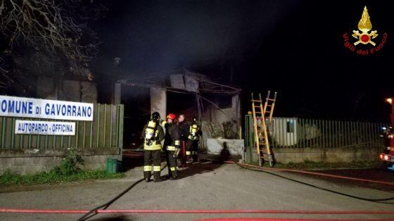 13 mezzi distrutti in un incendio a Gavoranno