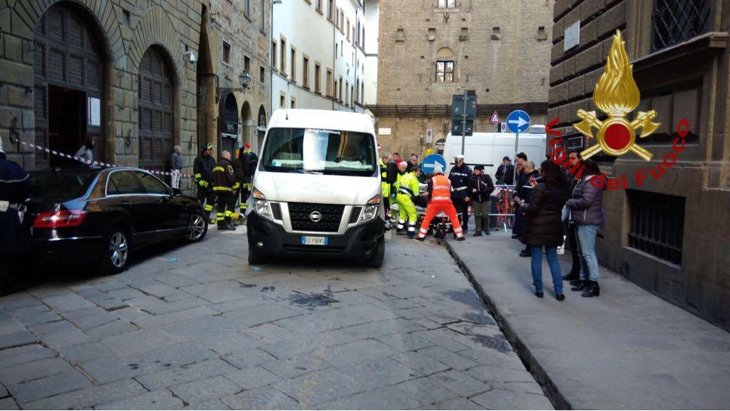 Pedone investito resta incastrato sotto il furgone, salvato dai vigili del fuoco