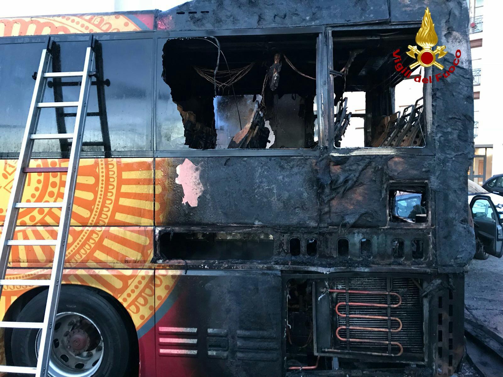 Brucia bus di linea a Piombino, intervengono i vigili del fuoco