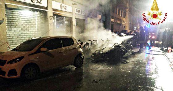 Incendio a Livorno, distrutti 14 motorini