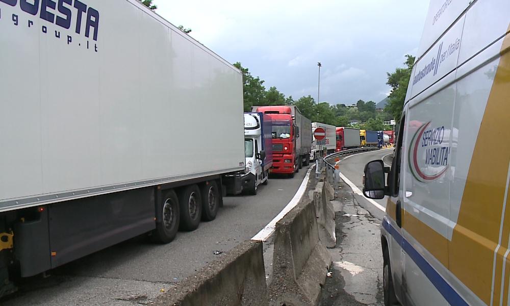 Incidenti stradali: auto tampona tir fermo coda A1, un morto