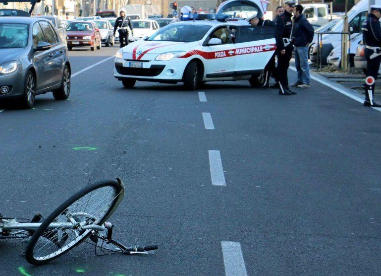 Tragedia a Firenze, muore 34enne in bici schiantandosi contro un furgone