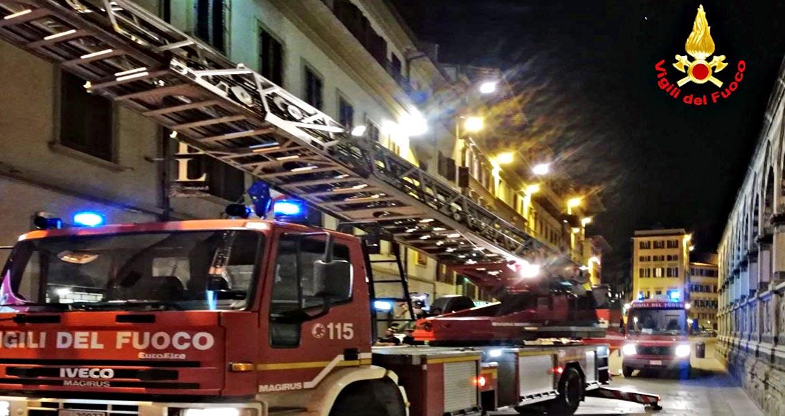 Appartamento a fuoco, palazzina evacuata