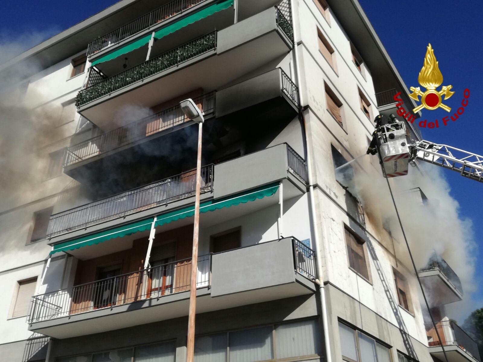 Incendio a Pordenone, condominio evacuato