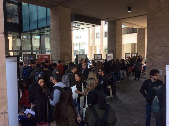 """Sit-in studenti a Firenze: solidali con Mattarella, """"a difesa della Costituzione"""""""