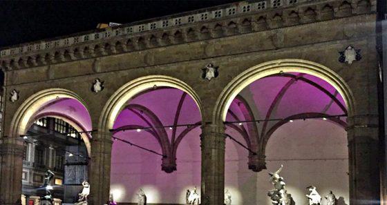 Stasera, Loggia dei Lanzi illuminata di viola