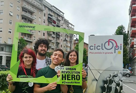 Volontari di Greenpeace premiano chi lascia auto a casa a Pisa