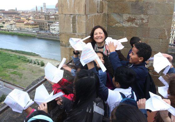 Firenze dei Bambini: aeroplanini di carta con poesie dalla Torre di San Niccolò