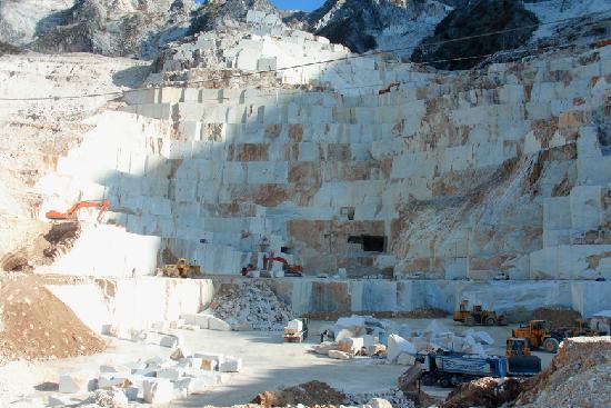 Carrara, operaio muore in una cava di marmo