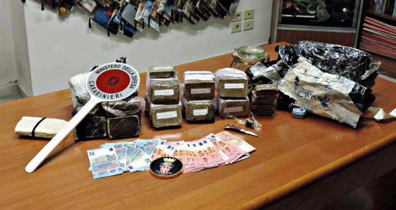 Ai domiciliari per spaccio nasconde 4,5 kg droga, arrestato