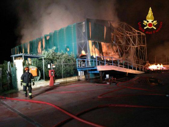 Incendi: a fuoco deposito oleificio a Cecina