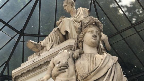 Vandali distruggono testa putto in piazza Demidoff a Firenze