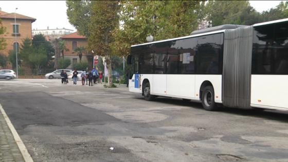 Minorenni danneggiano bus parcheggiati e si filmano, denunciati