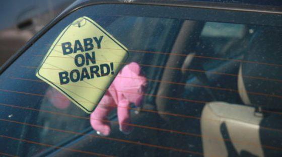 Allarme per neonata in auto, mamma nel bosco a fare pipì