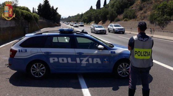 Polstrada: guida in corsia di emergenza e TIR taroccati, 5 patenti ritirate