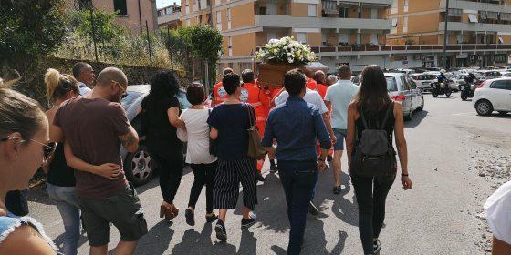 Carrara, dolore e rabbia a funerali operaio morto