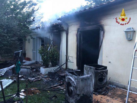 Incendio in Maremma, fulmine cade in giardino abitazione