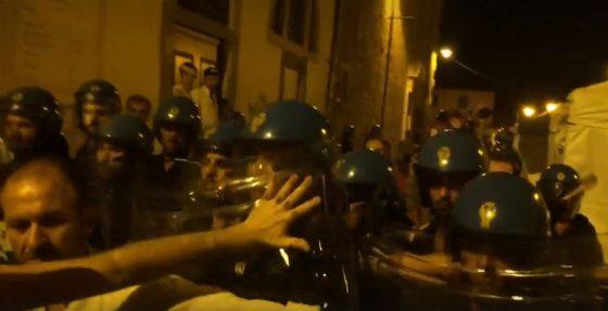 Carica polizia per striscione: Nogarin, nessuno è innocente 100%