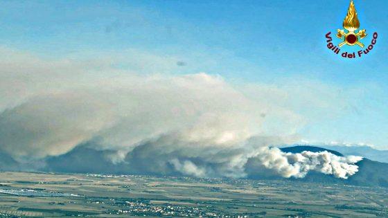Incendi nel Pisano: c'è un identikit del piromane, un ciclista fra le ipotesi