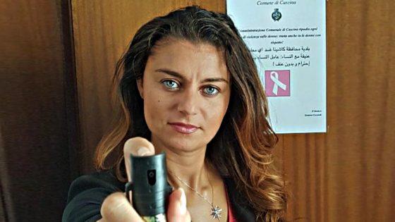 Sindaca Cascina dona spray a impiegate Comune