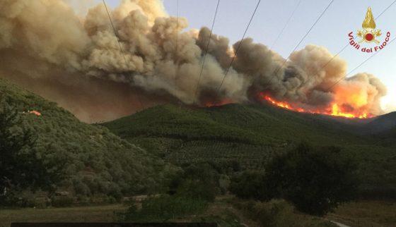 Incendio Monte Serra: canadair riusciti a decollare, fumo fino a Marina di Pisa
