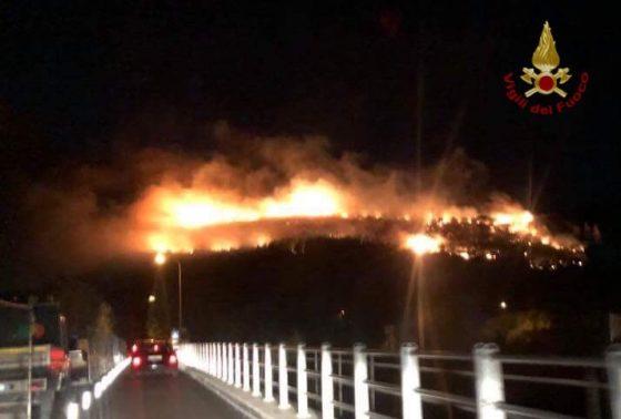 Incendi nel Pisano: ancora alte fiamme su Serra e ad Avane