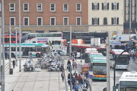 Traffico a Firenze: fine settimana senza code alla stazione SMN con vigili fissi e nuovi tempi ai semafori