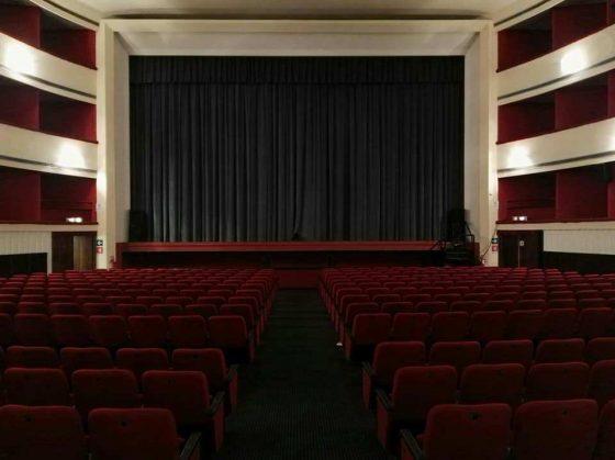 Teatro: sagome di cartone al posto del pubblico a Grosseto