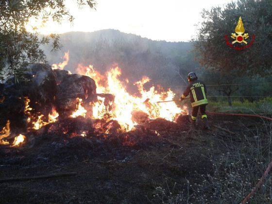Rotoballe a fuoco nel Grossetano, indagini