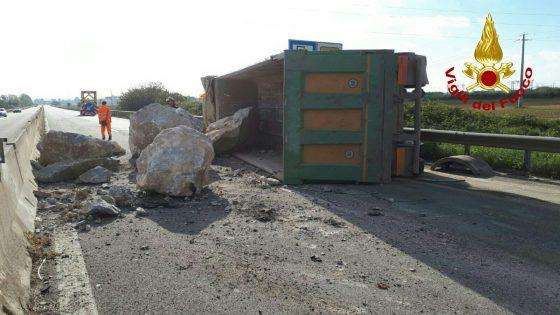 Aurelia: blocco di calcare finisce in strada dopo incidente