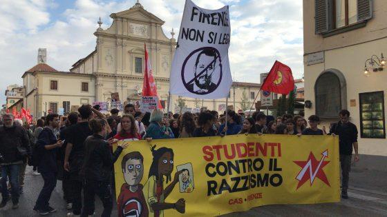 """Studenti in piazza contro il razzismo a Firenze, """"Impariamo ad amarci"""""""