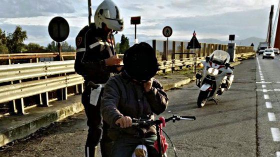 Sul ponte all'Indiano in bici in stato confusionale
