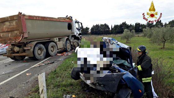 Scontro autovettura-camion, un morto