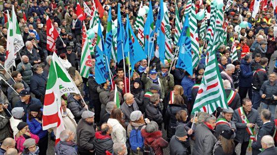 2000 persone in piazza contro tagli incentivi geotermia