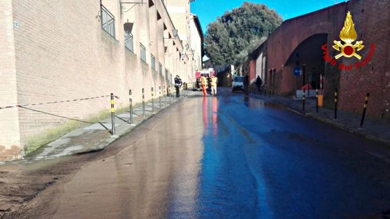 Copiosa perdita d'acqua, chiusa strada in centro Siena