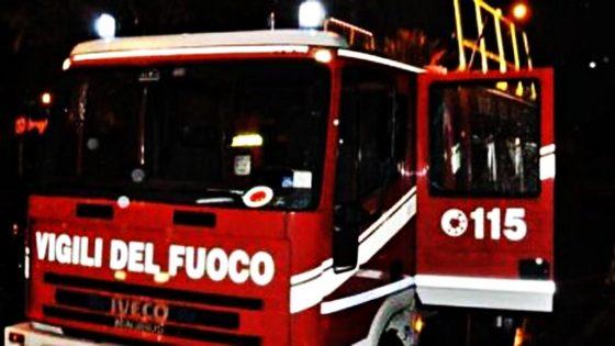A fuoco magazzino colorificio a Lucca, alta nube di fumo