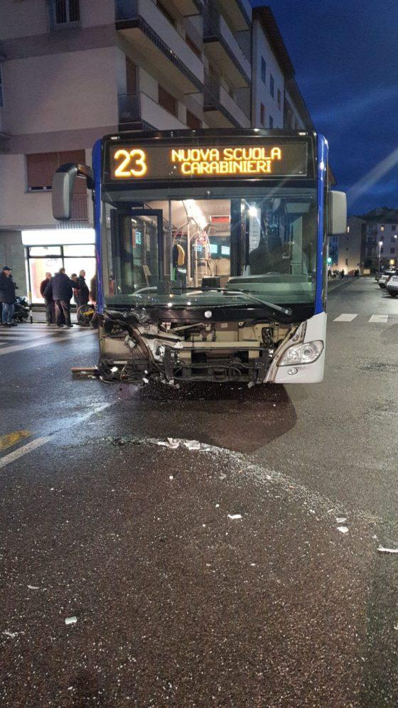 Firenze: scontro auto-bus, tre persone in ospedale
