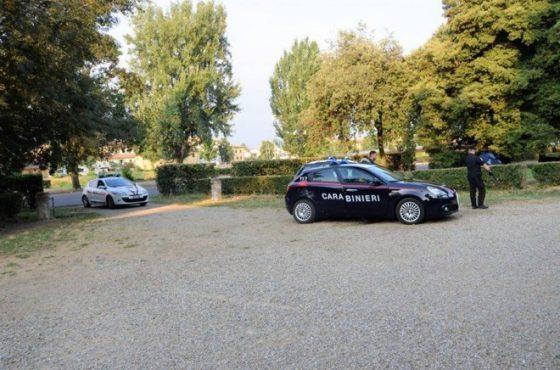 Cascine: controlli antidroga, carabinieri accerchiati e minacciati con bastone