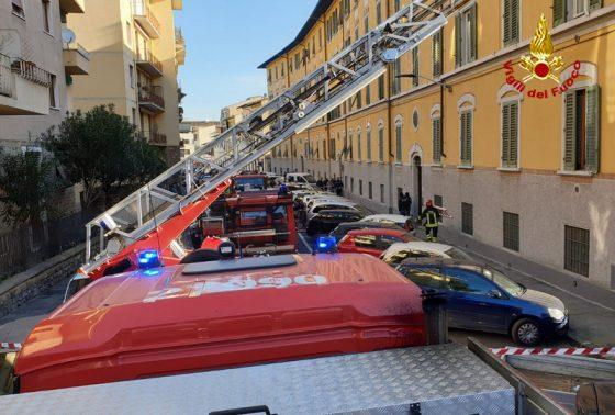 Incendio in casa a Firenze: due ustionati, evacuato condominio