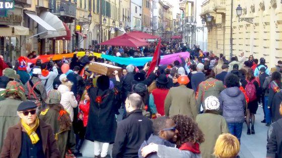 Pisa, in centinaia per il Carnevale Antirazzista