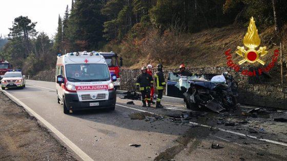 Scontro auto-camion, muore donna, ferito figlio