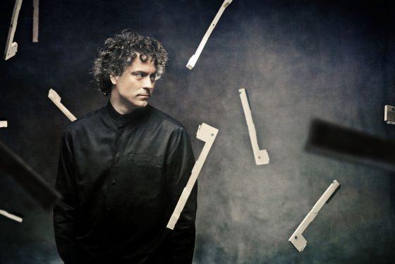 Sabato 23 torna alla Pergola l'affascinante pianista inglese Paul Lewis