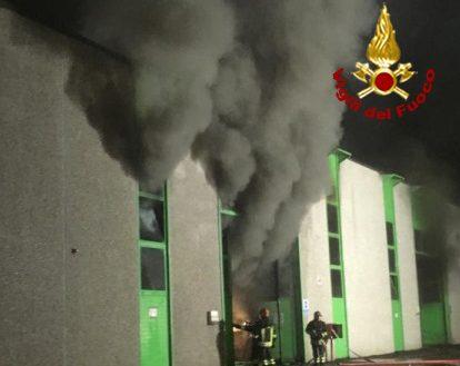 Arezzo: fiamme in ditta smaltimento rifiuti tecnologici