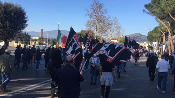 """Forza Nuova sfila a Prato nonostante divieto, """"ebreo"""" urlato a Gad Lerner"""