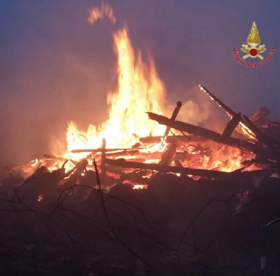 In fiamme legname per pellet nel Pisano