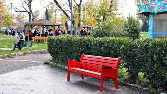 Panchine rosse in città contro violenza su donne