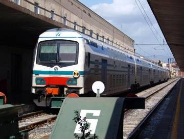 Pugni e sassi ai poliziotti in stazione, arrestato a Firenze
