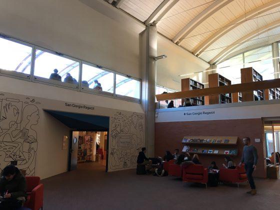 24enne fugge con libri biblioteca Pistoia, denunciato